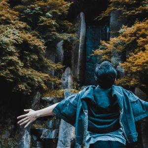 手を広げて立つ男性の画像