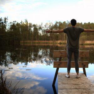 湖畔に立つ男性の画像
